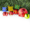Предпосылка рождества с подарочными коробками и шариками на снеге Стоковая Фотография RF