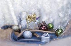 Предпосылка рождества с присутствующими коробкой и шариками Стоковое фото RF