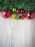 Предпосылка рождества с присутствующим bosex и шарики на деревянной текстуре Стоковая Фотография