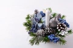 Предпосылка рождества с свечой и голубыми silk poinsettias Стоковое фото RF