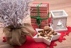 Предпосылка рождества с снегом покрыла дерево, держатель для свечи, xmas присутствующий Стоковое Фото