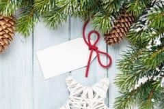 Предпосылка рождества с ярлыком подарка Стоковые Фотографии RF