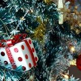 Предпосылка рождественской елки с безделушками и шариками цвета Стоковые Изображения