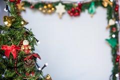 Предпосылка рождественской елки, украшенная рамка Стоковые Фотографии RF