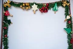 Предпосылка рождественской елки, украшенная рамка Стоковое фото RF