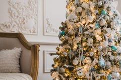 Предпосылка рождественской елки украшенная с шариками, звездами и светами стоковые фото