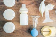 Предпосылка ручного, автоматического насоса груди, бутылки младенца с молоком Стоковая Фотография RF