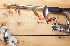 Предпосылка рыбной ловли с двигая под углом оборудованием на деревянной поверхности Стоковая Фотография RF