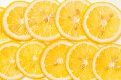 Предпосылка свежих желтых кусков лимона Стоковые Изображения