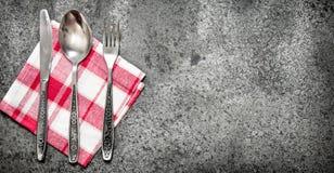 Предпосылка сервировки Cutlery на салфетке Стоковые Изображения