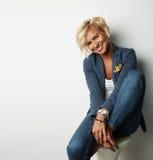 Предпосылка синего пиджака белокурых волос молодой женщины портрета красивая нося пустая белая Фото людей моды красоты довольно Стоковое Изображение RF