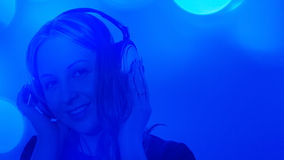 Предпосылка сини музыки милой молодой женщины слушая Стоковое Изображение RF