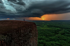 Предпосылка силы природы - яркая молния в темном бурном небе в Меконге горы кита утеса дерева в Bungkan Стоковое фото RF