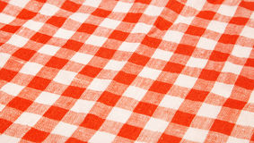 Предпосылка скатерти красная и белая checkered волнистая текстуры Стоковое Фото