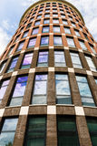 Предпосылка современного небоскреба стоковые фото