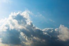 Предпосылка солнечного света неба кумулюса облаков Стоковые Изображения RF