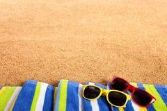 Предпосылка солнечных очков границы пляжа лета Стоковое фото RF