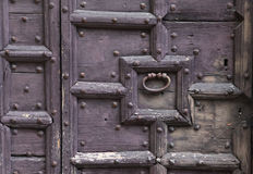 Предпосылка: старая деревянная дверь Стиль средневековая Европа Франция стиля Стоковые Изображения RF