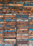 Предпосылка стены и двери сделанных деревянных планок Стоковое Изображение RF
