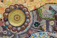 Предпосылка стены украшенная с тайским фарфором Стоковая Фотография RF