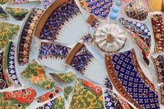 Предпосылка стены украшенная с тайским фарфором Стоковые Изображения RF