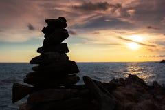 Предпосылка стога камня пляжа моря стабилизированная и twilight неба Стоковое Изображение