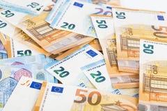 Предпосылка счетов банкнот евро валюты Европейского союза евро 2, 10, 20 и 50 Экономика богачей успеха концепции На белой предпос Стоковая Фотография RF