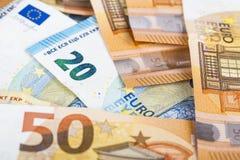 Предпосылка счетов банкнот евро валюты Европейского союза евро 2, 10, 20 и 50 Экономика богачей успеха концепции На белой предпос Стоковые Изображения