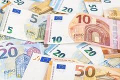 Предпосылка счетов банкнот евро валюты Европейского союза евро 2, 10, 20 и 50 Экономика богачей успеха концепции На белой предпос Стоковые Фото