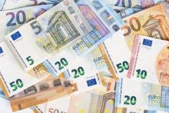 Предпосылка счетов банкнот евро валюты Европейского союза евро 2, 10, 20 и 50 Экономика богачей успеха концепции На белой предпос Стоковая Фотография