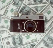 Предпосылка с американцем денег 100 долларов и старого фото пришла Стоковые Изображения RF
