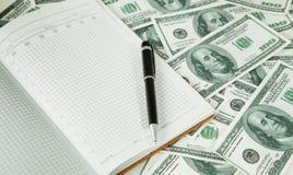 Предпосылка с американцем денег 100 доллар и ручка и примечаний Стоковое Фото