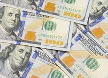 Предпосылка с американцом денег 100 счетов доллара Стоковые Изображения