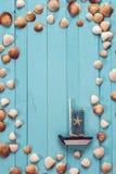 Предпосылка с границей seashells и декоративного парусника Стоковое фото RF
