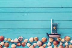 Предпосылка с границей seashells и декоративного парусника Стоковые Фото