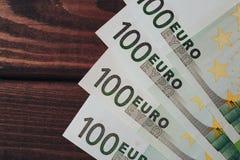 Предпосылка с деньгами 100 банкнот евро на деревянном столе Взгляд сверху Стоковые Изображения RF