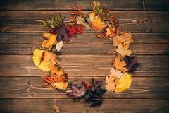Предпосылка с деревянным столом и осенними листьями Стоковое Фото