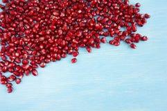 Предпосылка сделанная из красных семян гранатового дерева на деревянной предпосылке Стоковые Фото