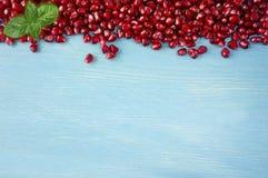 Предпосылка сделанная из красных семян гранатового дерева на деревянной предпосылке Стоковое фото RF