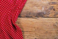 Предпосылка сделанная от checkered салфетки на старом деревянном столе Стоковое Фото