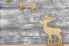 Предпосылка с золотыми украшениями рождества - северный олень и звезда Стоковые Изображения RF