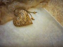 предпосылка с красивым винтажным подвесом в форме сердца Стоковые Фото