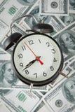 Предпосылка с долларовыми банкнотами и вахтой американца 100 денег Стоковая Фотография RF