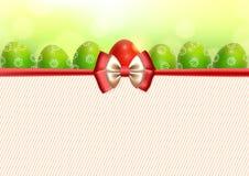 Предпосылка с пасхальными яйцами и смычком Стоковое Изображение