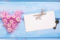 Предпосылка с сердцем от розовых цветков и лепестков, пустых животиков Стоковые Фотографии RF