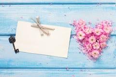 Предпосылка с сердцем от розовых цветков и лепестков, пустых животиков Стоковое Изображение RF