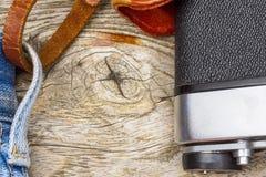Предпосылка с старым деревянным концом текстуры поднимающим вверх и часть камеры Стоковая Фотография