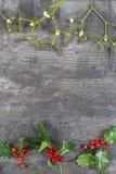 Предпосылка с украшениями, падуб рождества декоративная, омела на старый paing года сбора винограда деревянный Стоковые Фотографии RF