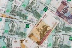 Предпосылка случайно разбрасываемых русских банкнот различной деноминации Стоковые Фото