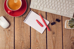 Предпосылка таблицы офиса с кофейной чашкой, тетрадью и клавиатурой Концепция рабочего места или места для работы дела Стоковые Изображения